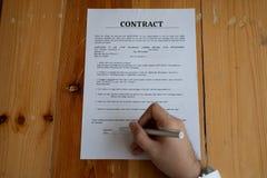 Affärspartners som undertecknar ett avtal royaltyfri foto
