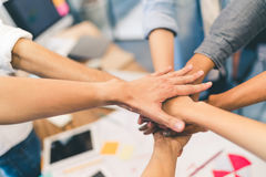 Affärspartners teamwork eller kamratskapbegrepp Den multietniska olika gruppen av kollegor sammanfogar händer tillsammans