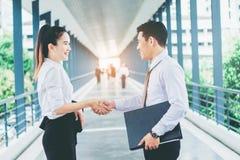 Affärspartnerskaphandshaking, når att ha slågit avtal utomhus på Fotografering för Bildbyråer