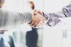 Affärspartnerskapmöte Bildbusinessmanshandskakning Lyckad affärsmanhandshaking efter åtskilligt royaltyfri foto