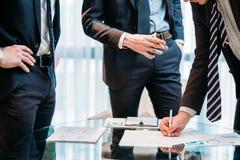 Affärspartnerskapmannen undertecknar avtalet skakar händer Arkivbilder
