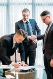 Affärspartnerskapmannen undertecknar avtalet skakar händer Royaltyfri Foto