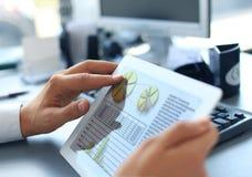 Affärsperson som analyserar finansiell statistik arkivbilder