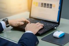 Affärsperson som använder bärbara datorn Royaltyfri Bild