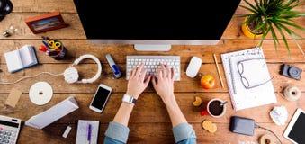 Affärsperson som arbetar på kontorsskrivbordet som bär den smarta klockan Arkivbild