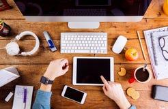 Affärsperson som arbetar på kontorsskrivbordet som bär den smarta klockan Arkivfoton