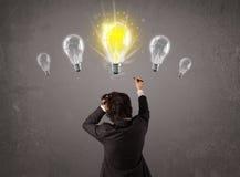 Affärsperson som har ett begrepp för ljus kula för idé Arkivfoton