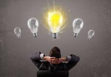 Affärsperson som har ett begrepp för ljus kula för idé royaltyfri bild