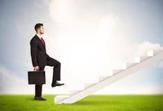 Affärsperson som klättrar upp på den vita trappuppgången i natur Royaltyfria Bilder