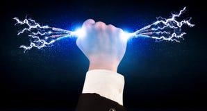 Affärsperson som rymmer elektriska drev trådar Arkivbild