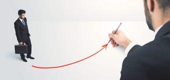 Affärsperson som ser linjen som dras av handen arkivbild