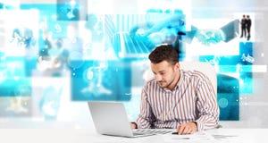 Affärspersonen på skrivbordet med modern tech avbildar på bakgrund Arkivbild