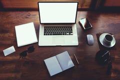 Affärspersonskrivbord med lyxig tillbehör och avståndsarbetshjälpmedel Royaltyfria Bilder