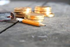 Affärsplan eller strategiidé Mynt och blyertspenna med text Arkivbild