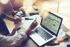 Affärsprojektmöte Marknadsföringslag som diskuterar den nya arbetsritningen Bärbar dator och skrivbordsarbete i öppet kontor arkivfoto