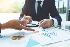 Affärsrådgivare som analyserar finansiella diagram som betecknar progren royaltyfri fotografi