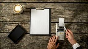 Affärsrevisor eller finansiell konsulent som kontrollerar inkomst och exp arkivfoto