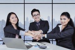 Affärssamarbete med arbetare som sammanfogar händer Arkivbild