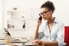 Affärssamtal, allvarlig kvinna som talar på telefonen på kontoret arkivbild