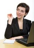 affärsskrivbord henne anteckningsbokkvinna Arkivfoto