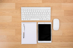 Affärsskrivbord med ett tangentbord, en mus och en penna Arkivfoton