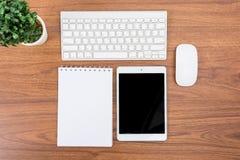 Affärsskrivbord med ett tangentbord, en mus och en penna Arkivbilder