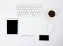 Affärsskrivbord med ett tangentbord, en mus och en penna Arkivbild