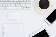 Affärsskrivbord med ett tangentbord, en mus och en penna Royaltyfri Bild