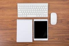 Affärsskrivbord med ett tangentbord, en mus och en penna Royaltyfri Fotografi