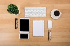Affärsskrivbord med ett tangentbord, en mus och en penna Royaltyfria Bilder