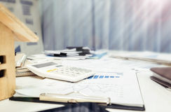 Affärsskrivbordslut upp med den wood modellen för hus arkivbild