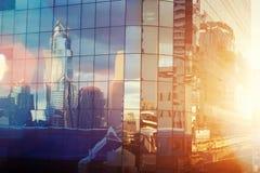 Affärsskyskrapor på solnedgången reflekterade i fönster, Bangkok, Th royaltyfri bild