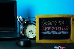 Affärsspetsar & trick som planerar på bakgrund av arbetetabellen med kontorstillförsel arkivbilder