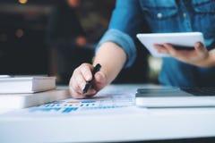 Affärsstarten analyserar data för hög kapacitet royaltyfri bild