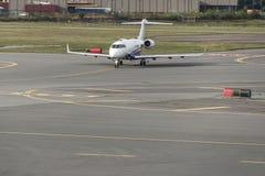 Affärsstrålflygplan eller flygplan på flygfält nära av för parkeringsavvikelse för aeroport den slutliga ankomsten Arkivfoton