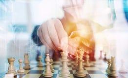 Affärsstrategi med personen för affär för schacklek och handshakingi regeringsställning begrepp av utmaningen och taktiken double arkivfoto