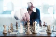 Affärstaktik med schackleken och affärsmän som arbetar tillsammans i regeringsställning Begrepp av teamwork, partnerskap och royaltyfria bilder