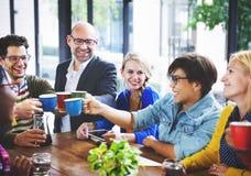 AffärsTeam Coffee Break Discussion Talking begrepp fotografering för bildbyråer