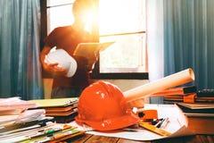 Affärstekniker som hårt arbetar på hans skrivbord i lägenhethembui royaltyfri bild
