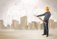 Affärstekniker som hyvlar på konstruktionsplatsen med stadsbackgro Arkivbilder
