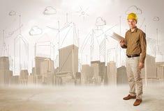 Affärstekniker som hyvlar på konstruktionsplatsen med stadsbackgro Royaltyfria Bilder