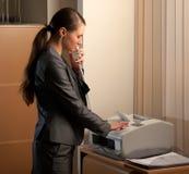 affärstelefax som överför kvinnan arkivfoto