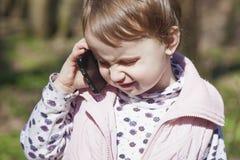 Affärstelefonkonversation Härlig affärsbarnflicka s royaltyfria bilder