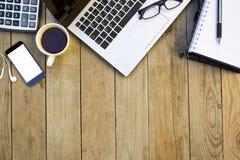 Affärsutrustning på trätabellen Arbetsplats- och kontorsbegrepp arkivfoto