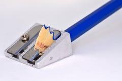 Affûteuse en métal et crayon en bois Photo stock