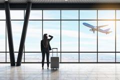 Aff?rskvinna i flygplats fotografering för bildbyråer