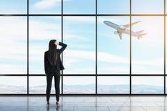 Aff?rskvinna i flygplats arkivfoto