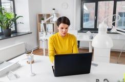 Aff?rskvinna med b?rbara datorn som arbetar p? kontoret royaltyfri bild