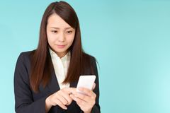 Aff?rskvinna med en smart telefon royaltyfri bild