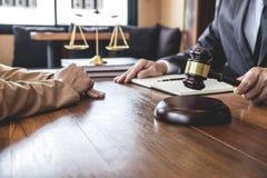 Aff?rskvinnan och den manadvokaten eller domaren konsulterar att ha lagm?te med klienten, begrepp f?r lag och f?r laglig service royaltyfria foton